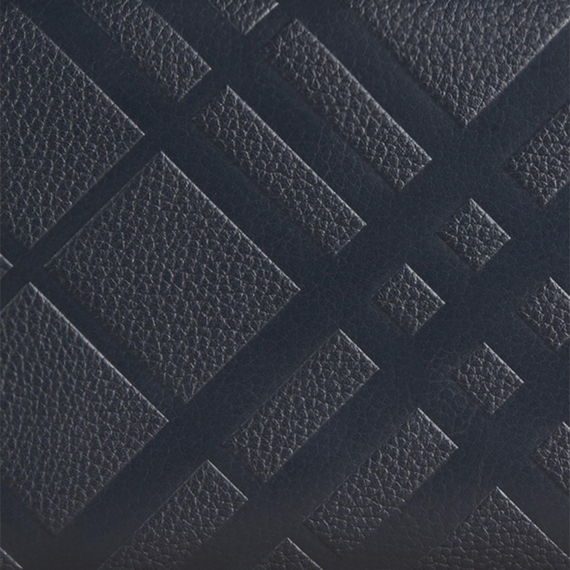 Azul estanho escuro Carteira de couro com zíper em toda a volta e padrão xadrez em relevo Azul Estanho Escuro - galeria de imagens 2