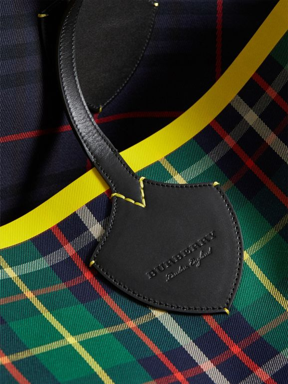 The Giant Reversible Tote in Tartan Cotton in Forest Green/deep Navy | Burberry - cell image 1