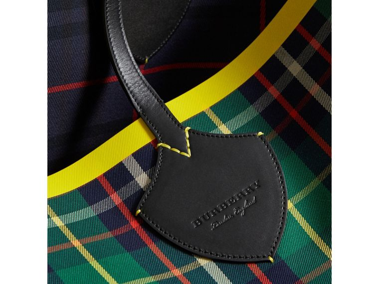 The Giant Reversible Tote in Tartan Cotton in Forest Green/deep Navy | Burberry Australia - cell image 1