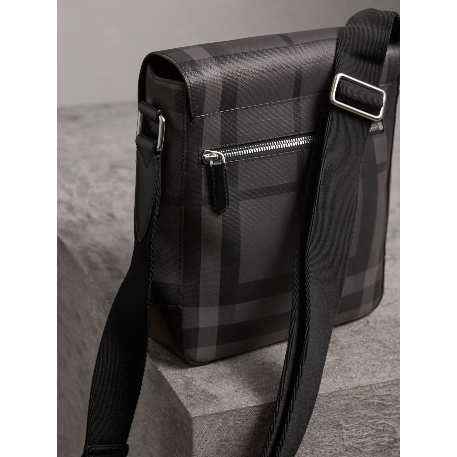 Sac à bandoulière avec motif London check (Anthracite/noir) - Homme | Burberry - photo de la galerie 3