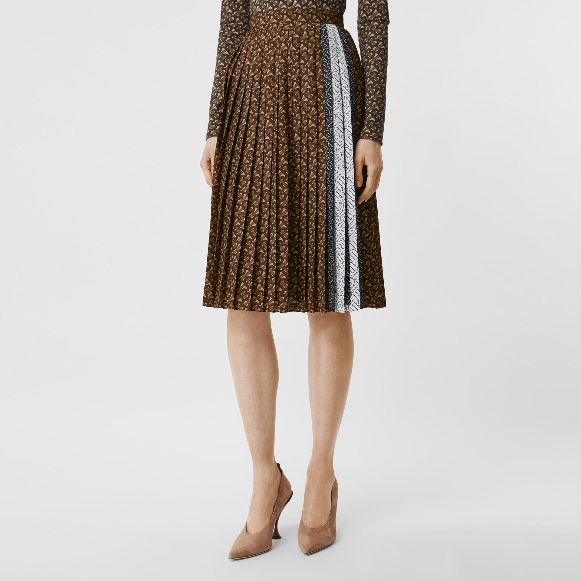 Falda plisada en crepé con estampado de rayas y monogramas (Moca Oscuro) - Mujer | Burberry - imagen de la galería 4
