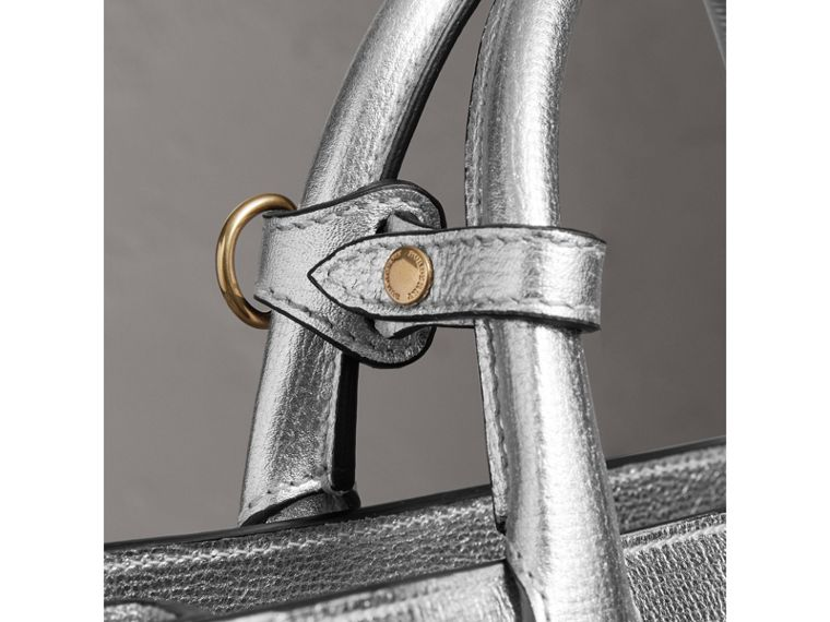 The Medium Banner aus Metallic-Leder mit Brogue-Detail (Silberfarben) - Damen | Burberry - cell image 1