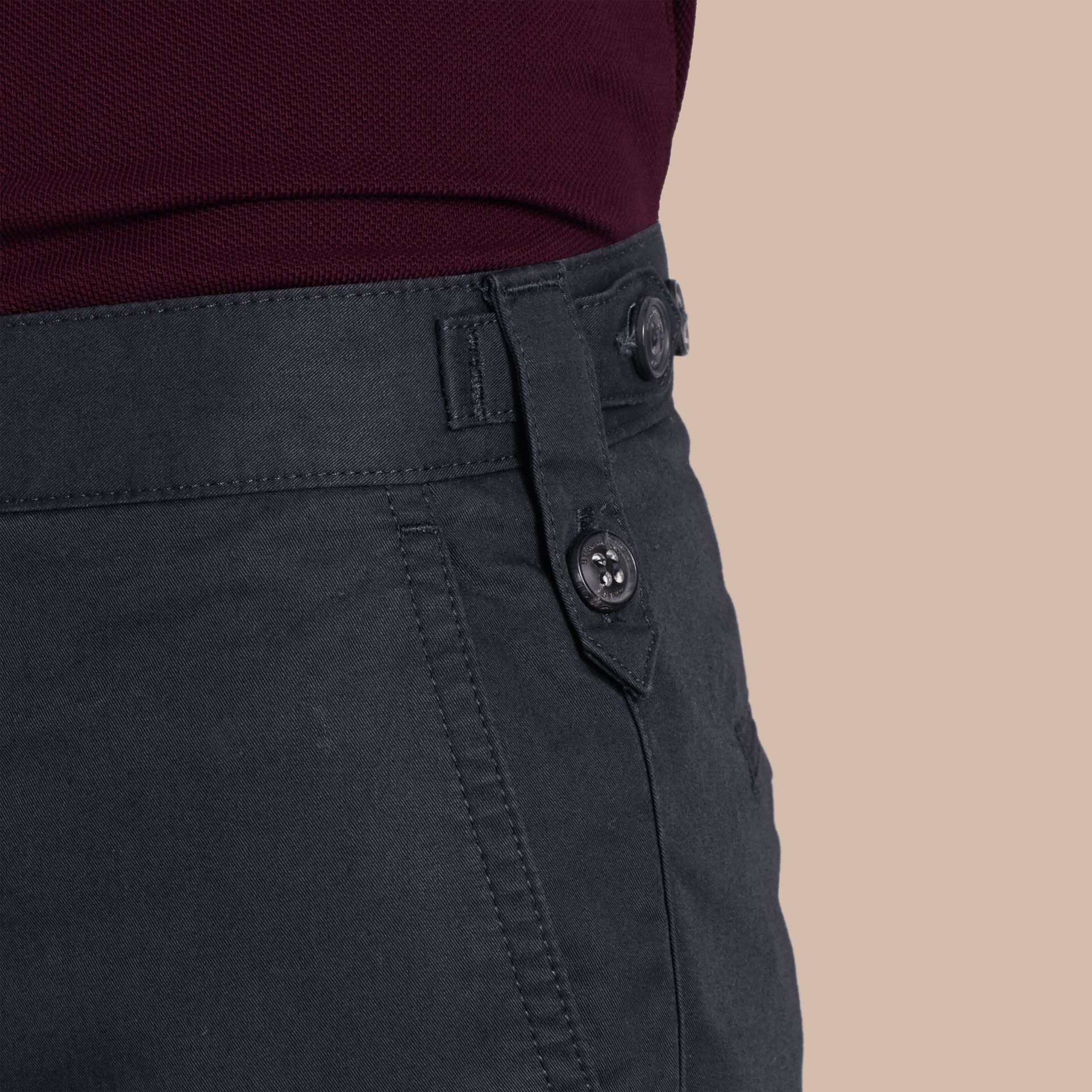 Pantalon chino de coupe droite en coton Encre - photo de la galerie 6