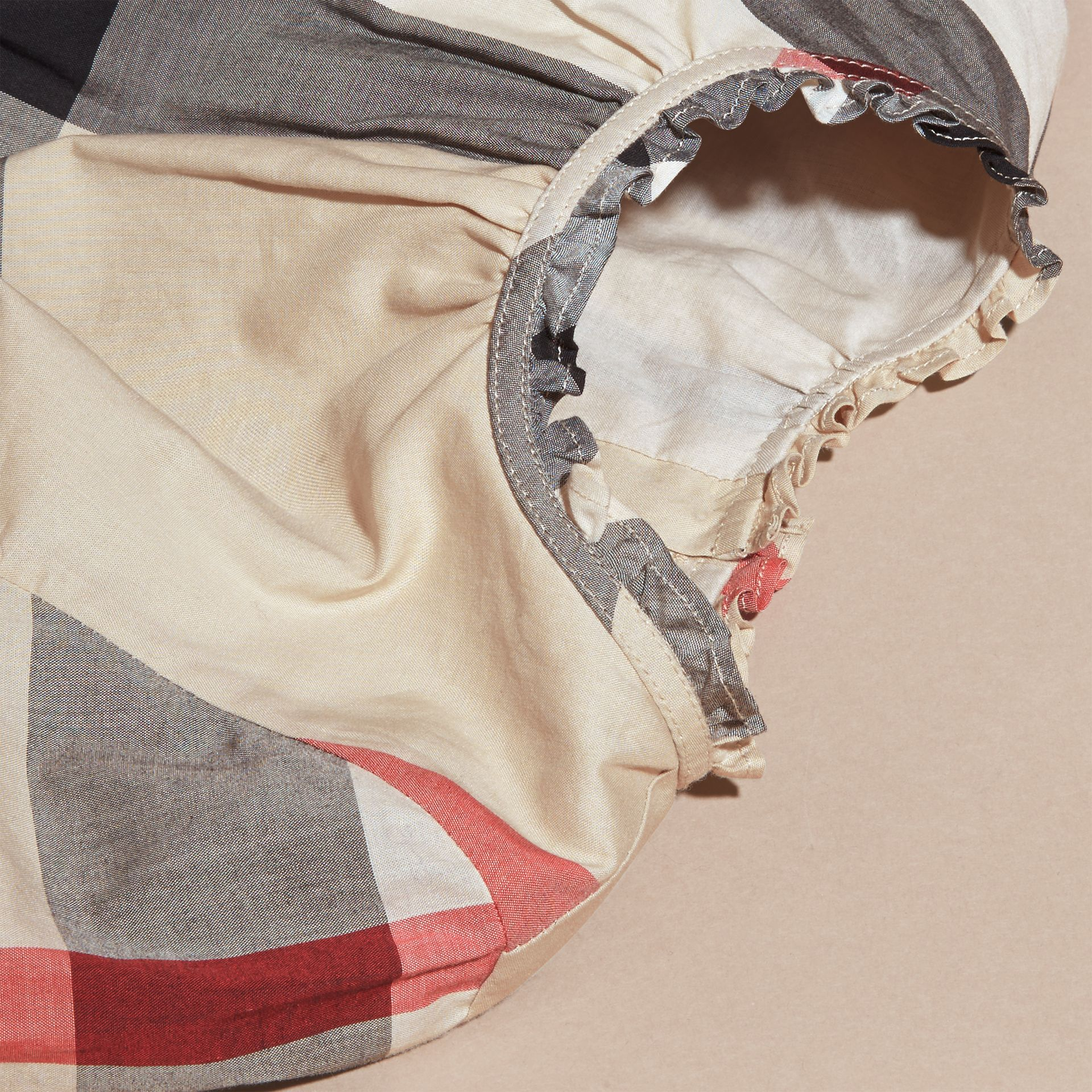 新經典格紋 褶飾細節格紋棉質洋裝 新經典格紋 - 圖庫照片 2