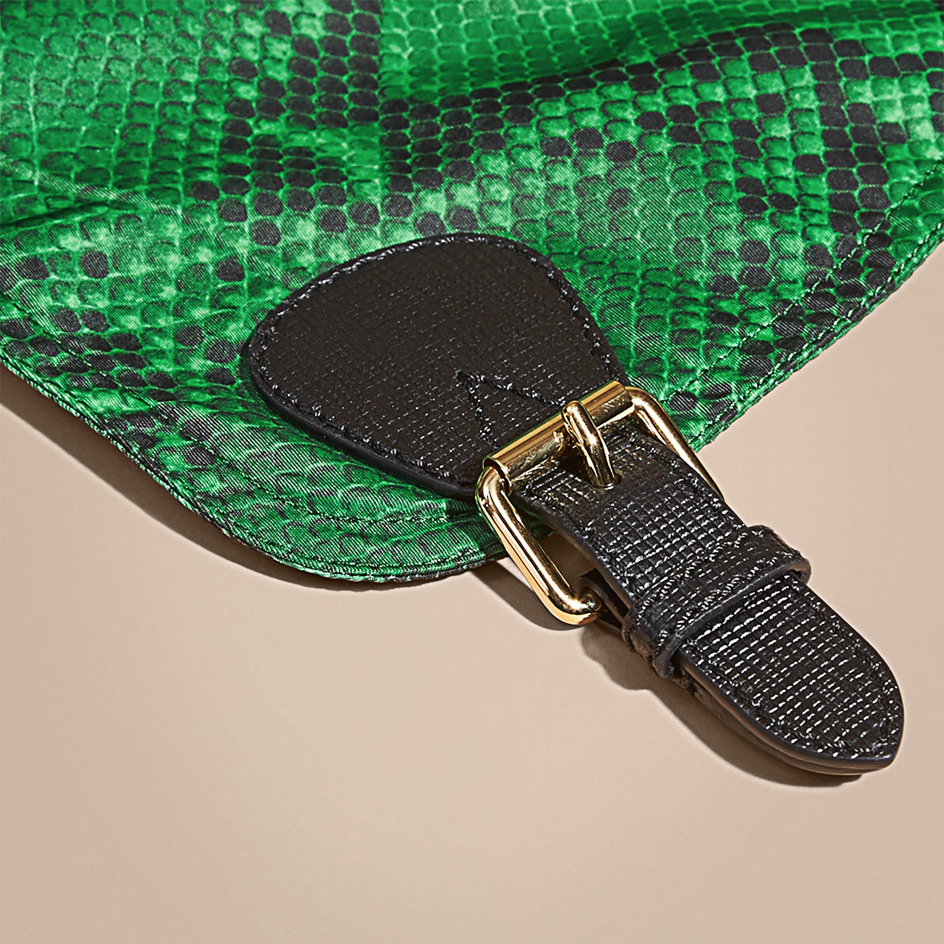 Grand sac The Rucksack en nylon à imprimé python et cuir Vert - photo de la galerie 2