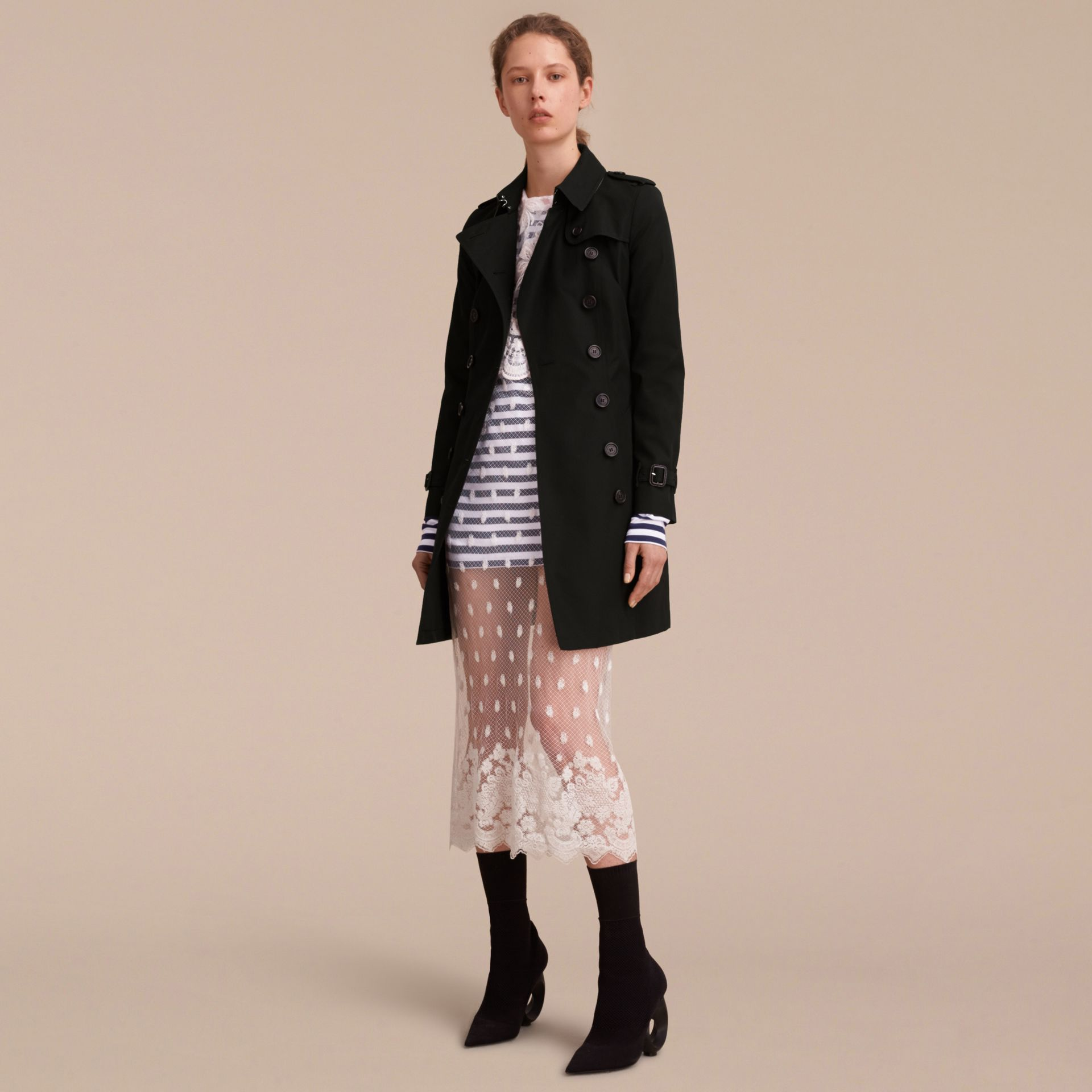 The Chelsea - Trench coat Heritage medio (Nero) - Donna | Burberry - immagine della galleria 7