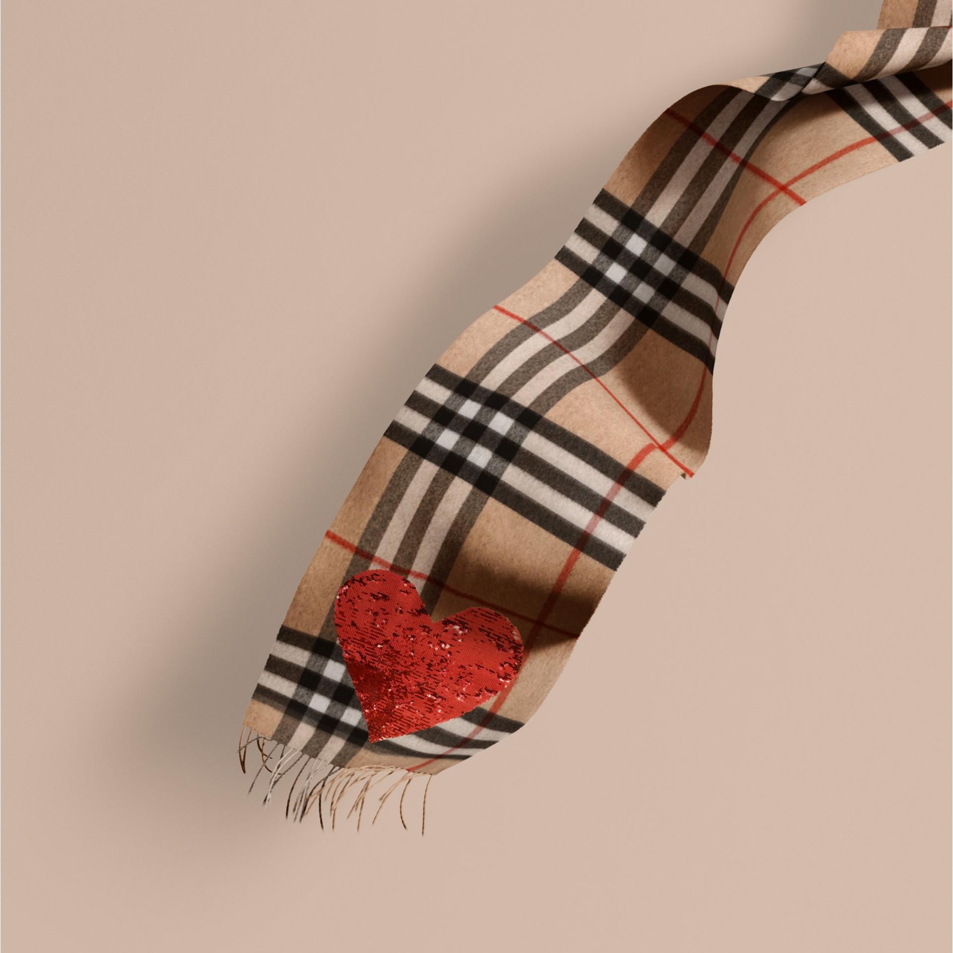 Cammello/rosso Sciarpa classica in cashmere con motivo tartan e cuore di paillettes - immagine della galleria 1