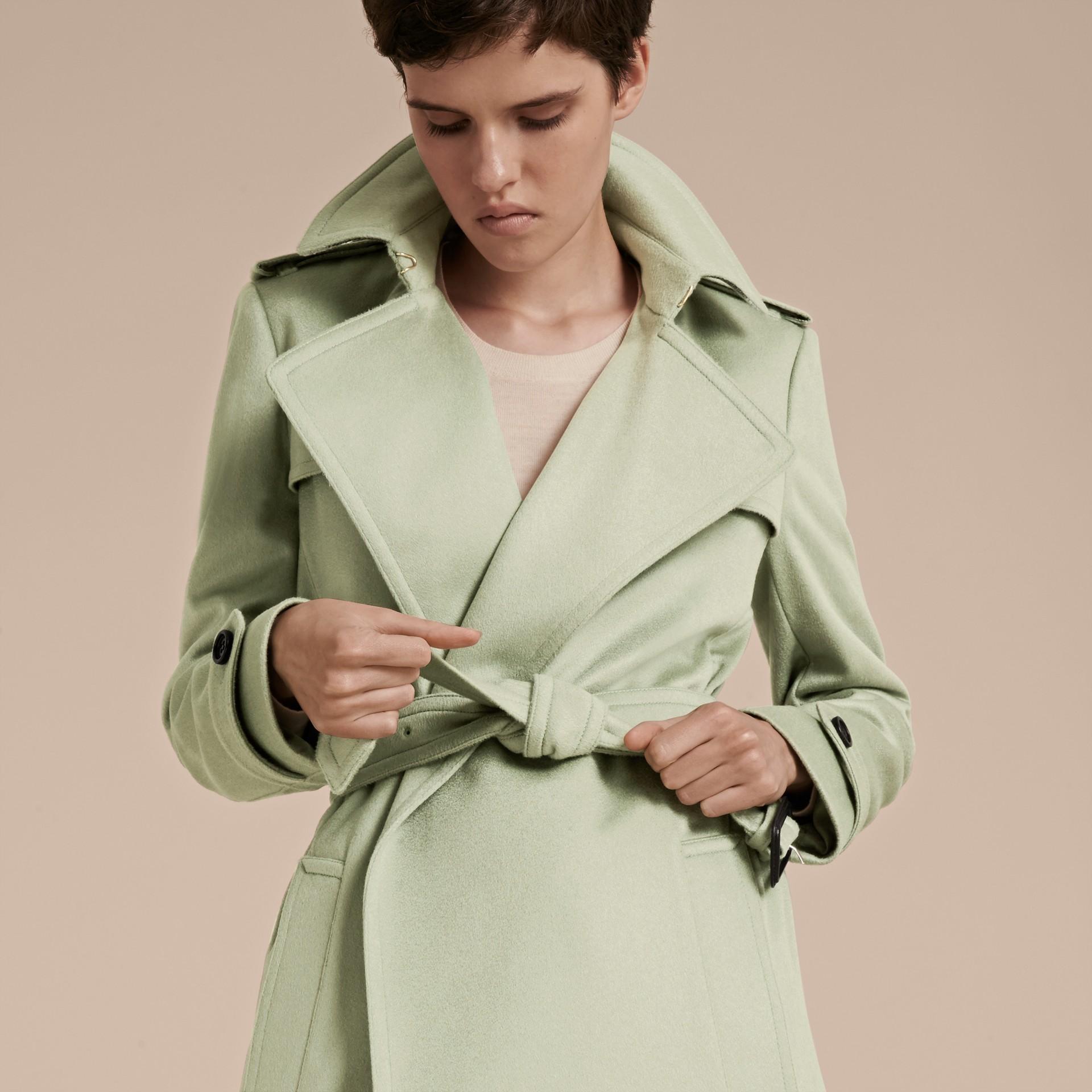 Eucalyptus pâle Trench-coat portefeuille en cachemire - photo de la galerie 5