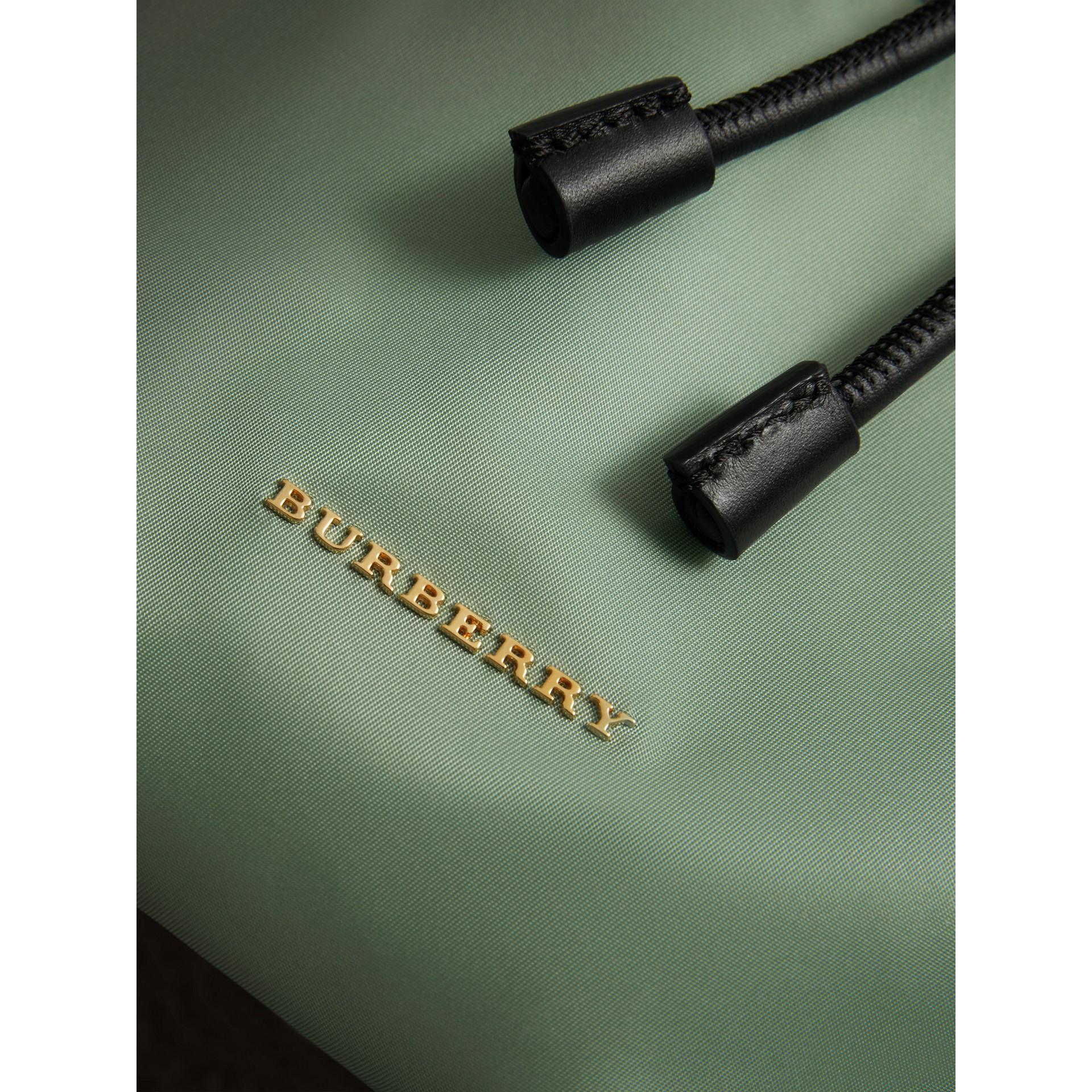 Mochila Rucksack mediana en nailon técnico y piel (Verde Manzana) - Mujer | Burberry - imagen de la galería 1