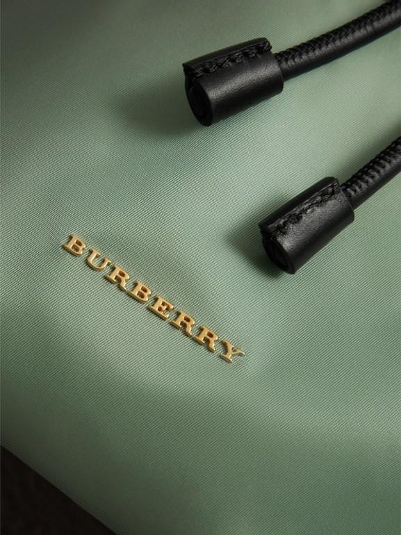 Mochila Rucksack mediana en nailon técnico y piel (Verde Manzana) - Mujer | Burberry - cell image 1