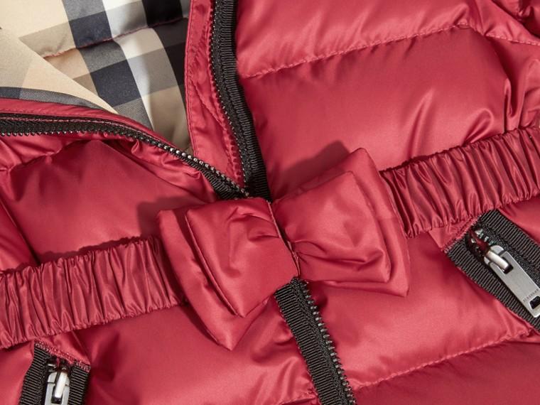 Casaco acolchoado de plumas com capuz e detalhe de laço