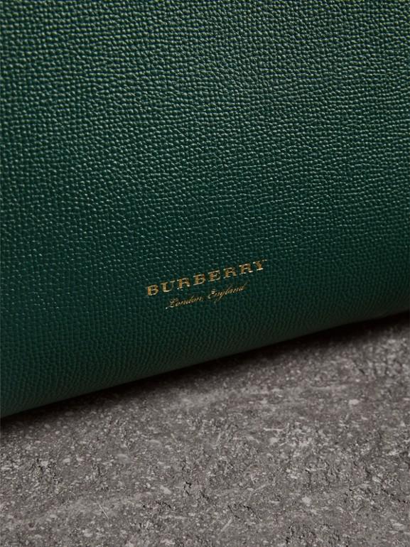 Bolso Banner mediano en piel con detalles tipo brogue (Verde Mar) - Mujer | Burberry - cell image 1