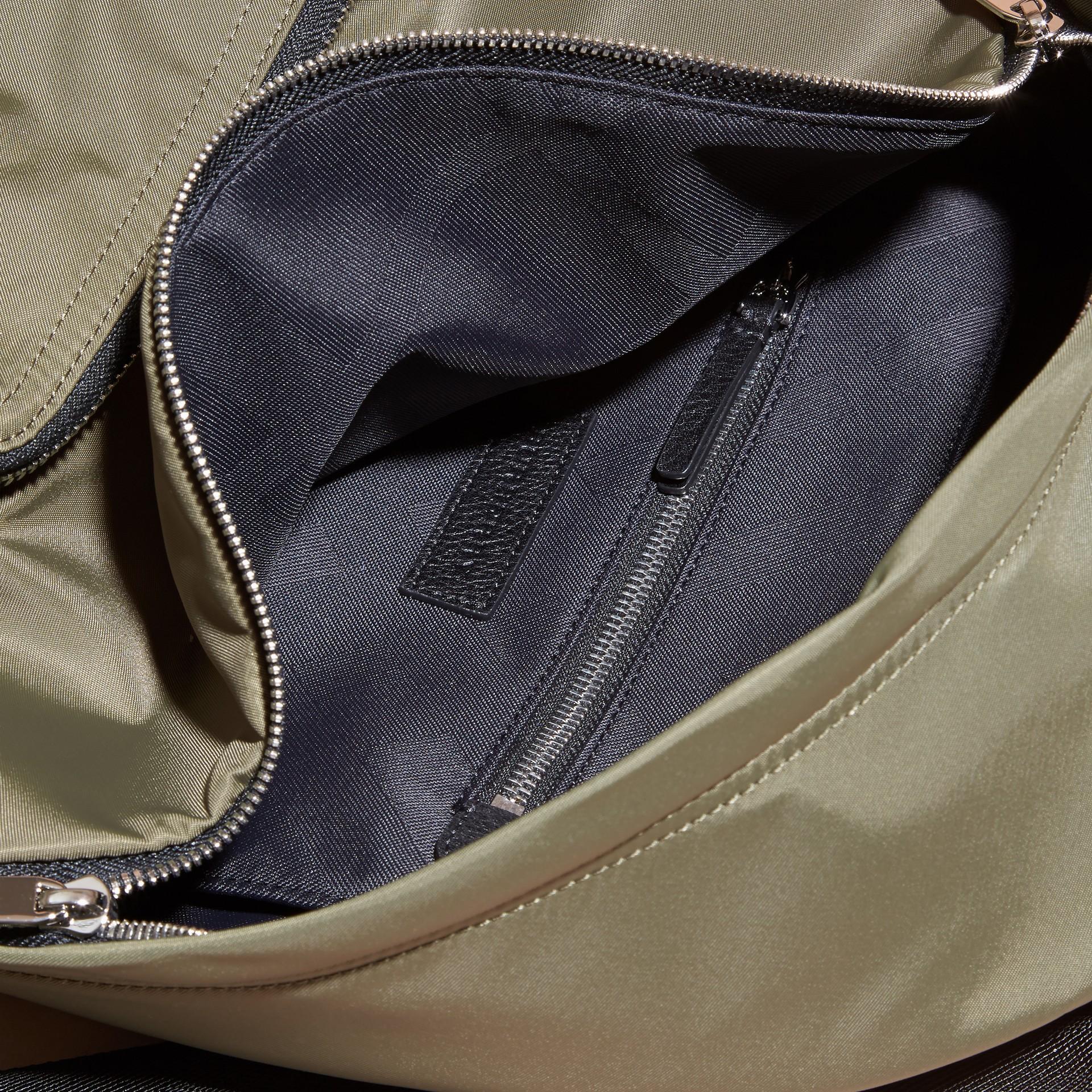 Verde tela Zaino in nylon con finiture in pelle Verde Tela - immagine della galleria 5
