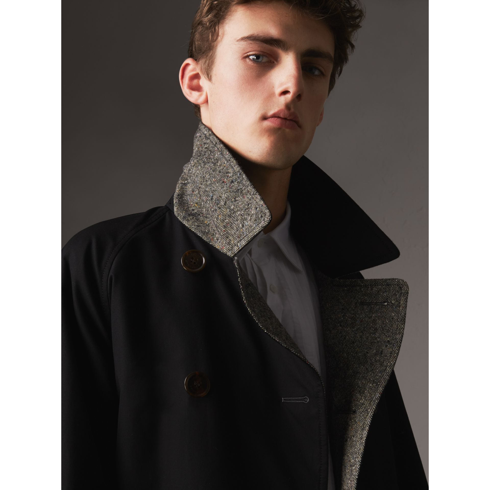 Trench coat in gabardine e tweed Donegal double face (Nero) - Uomo | Burberry - immagine della galleria 5
