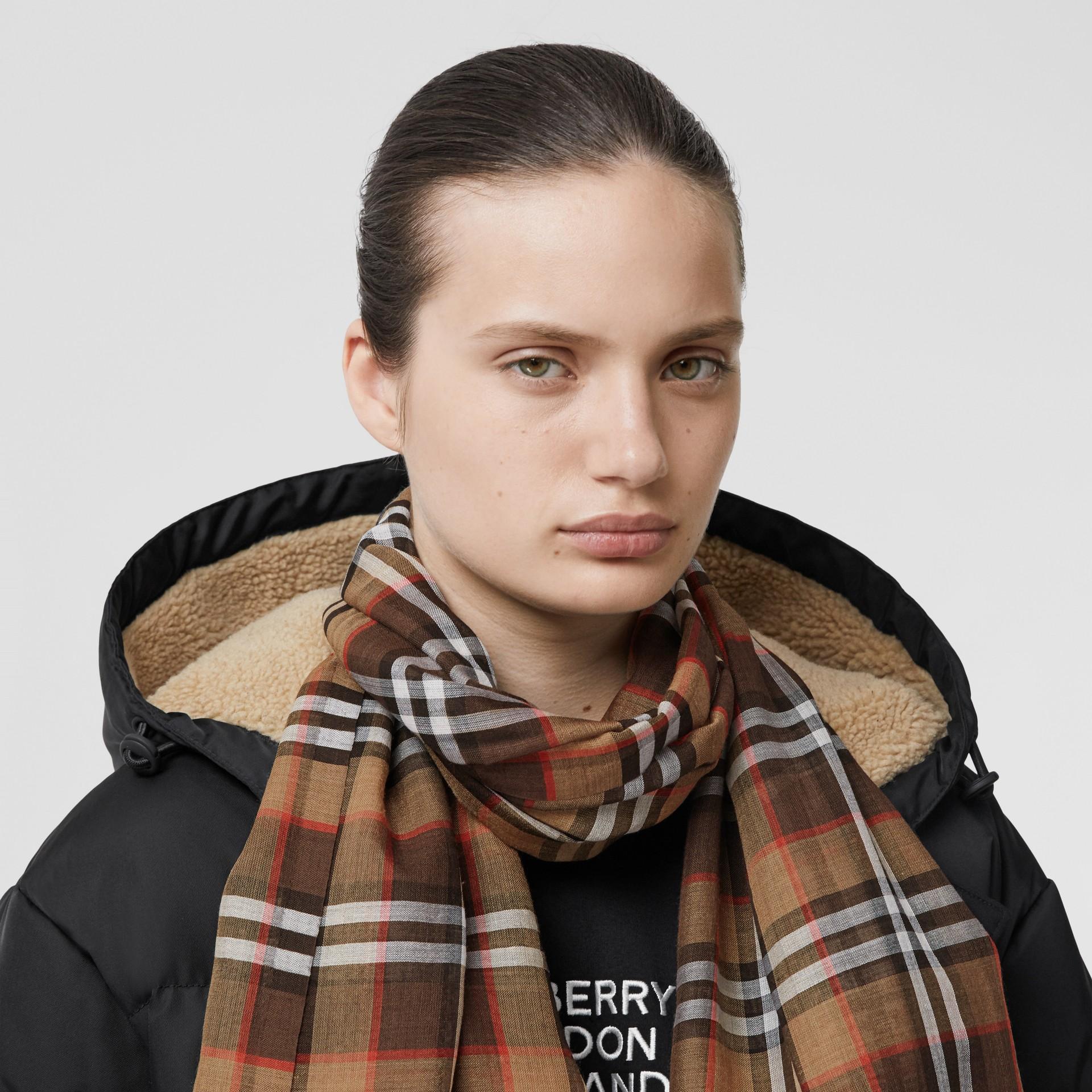 Vintage 格紋輕盈羊毛絲綢圍巾 (紅木色) | Burberry - 圖庫照片 2