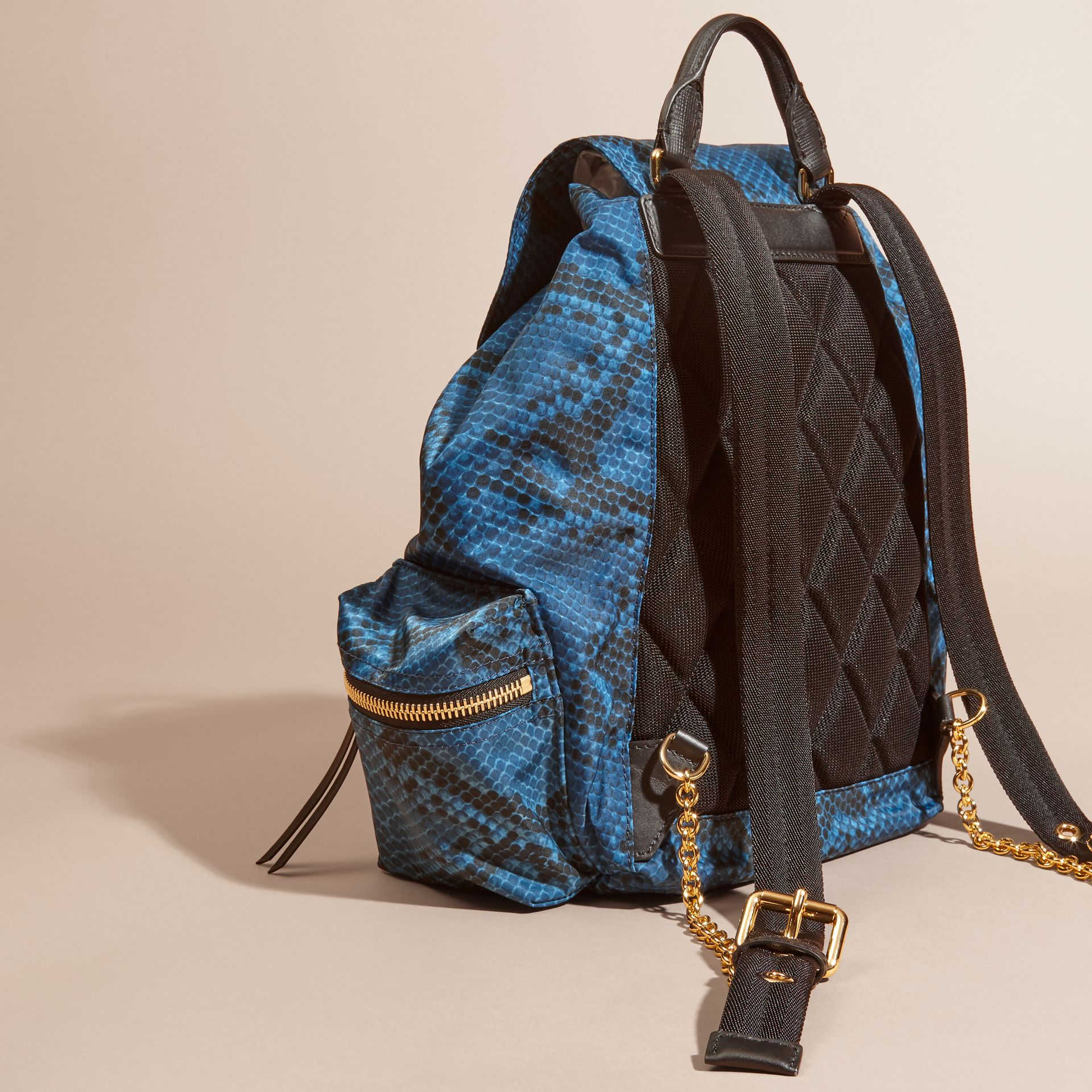 Sac The Rucksack medium en nylon à imprimé python et cuir Bleu - photo de la galerie 4