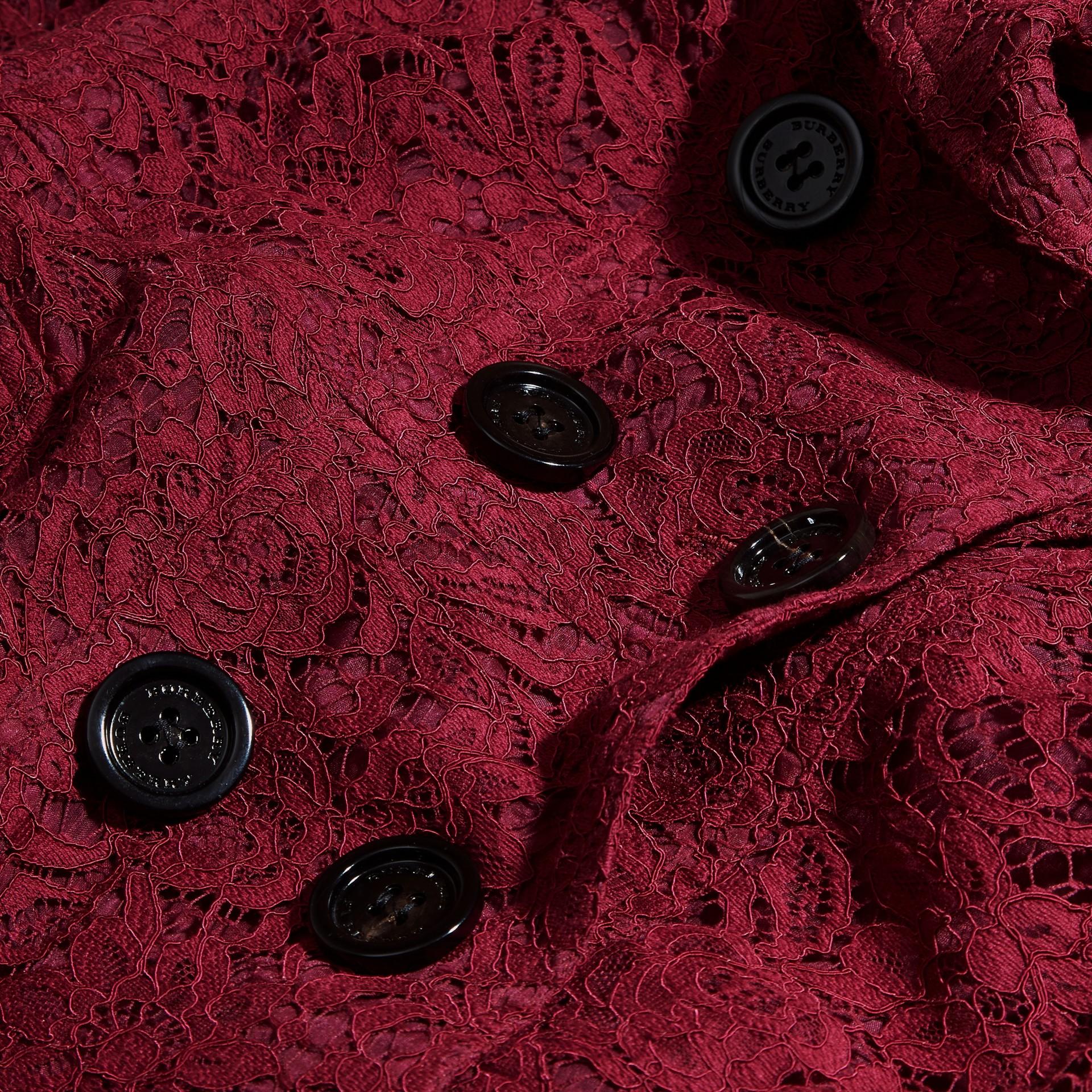 Cremisi scuro Trench coat in pizzo italiano con orli smerlati - immagine della galleria 2