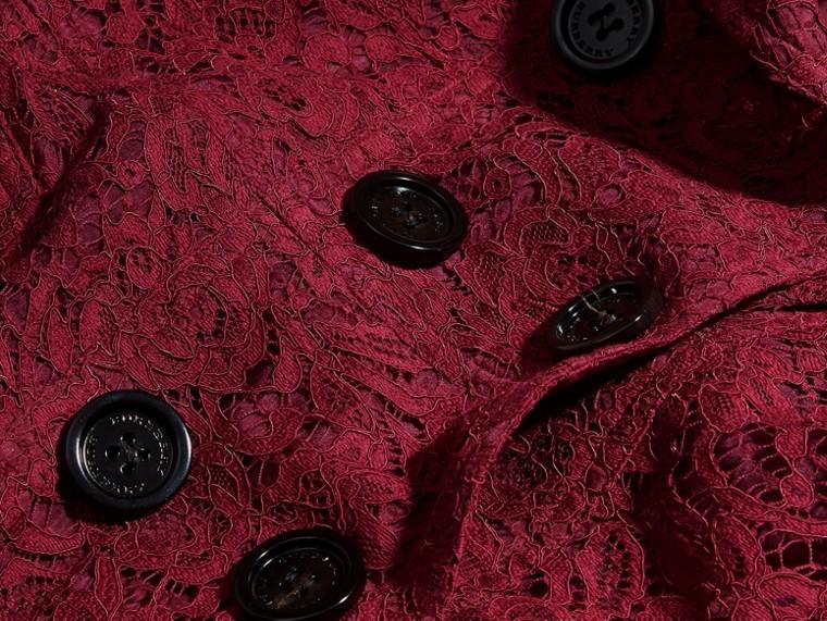 Cramoisi sombre Trench-coat en dentelle italienne avec ourlets festonnés - cell image 1