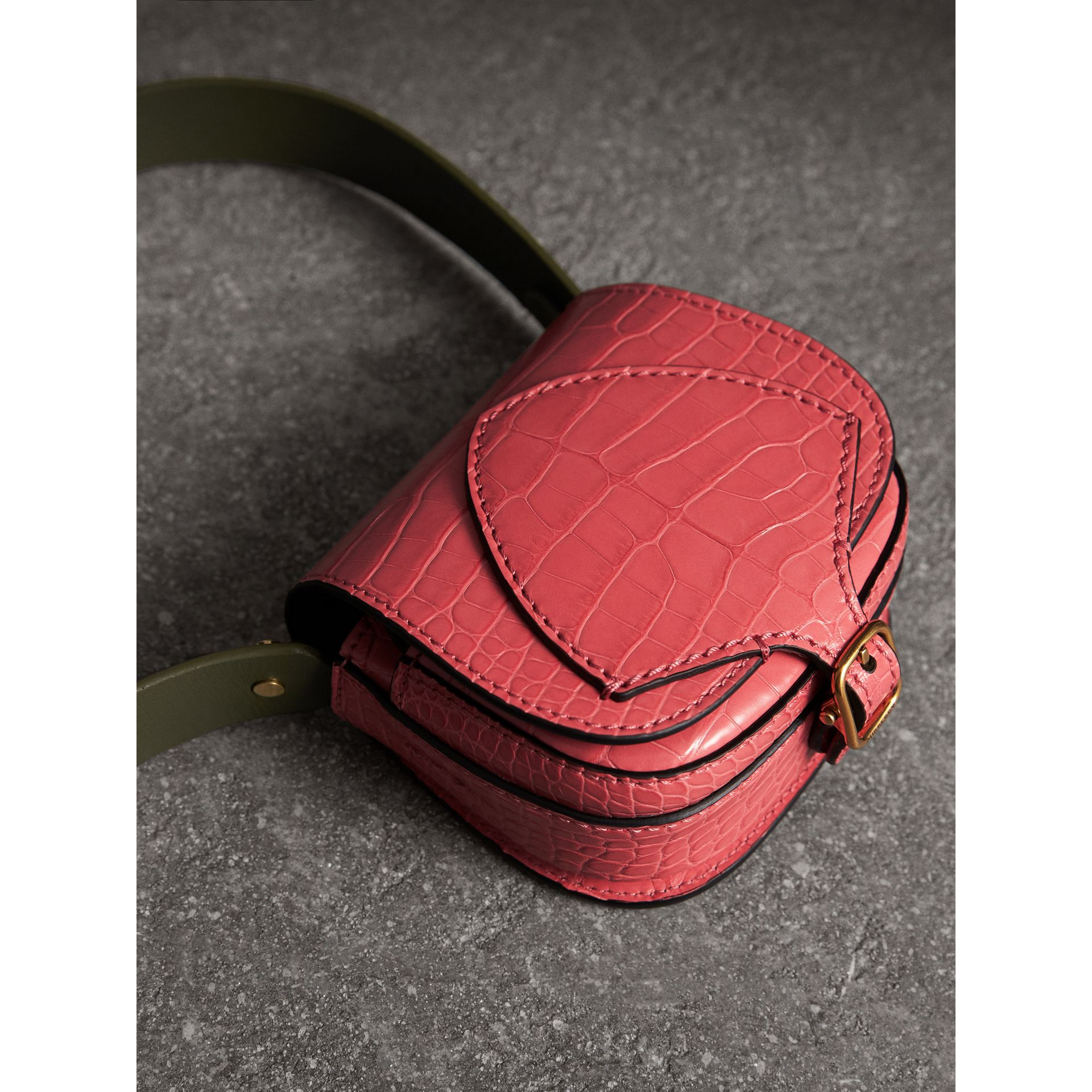 The Satchel con tasca in pelle di alligatore (Rosa Azalea) | Burberry - immagine della galleria 5
