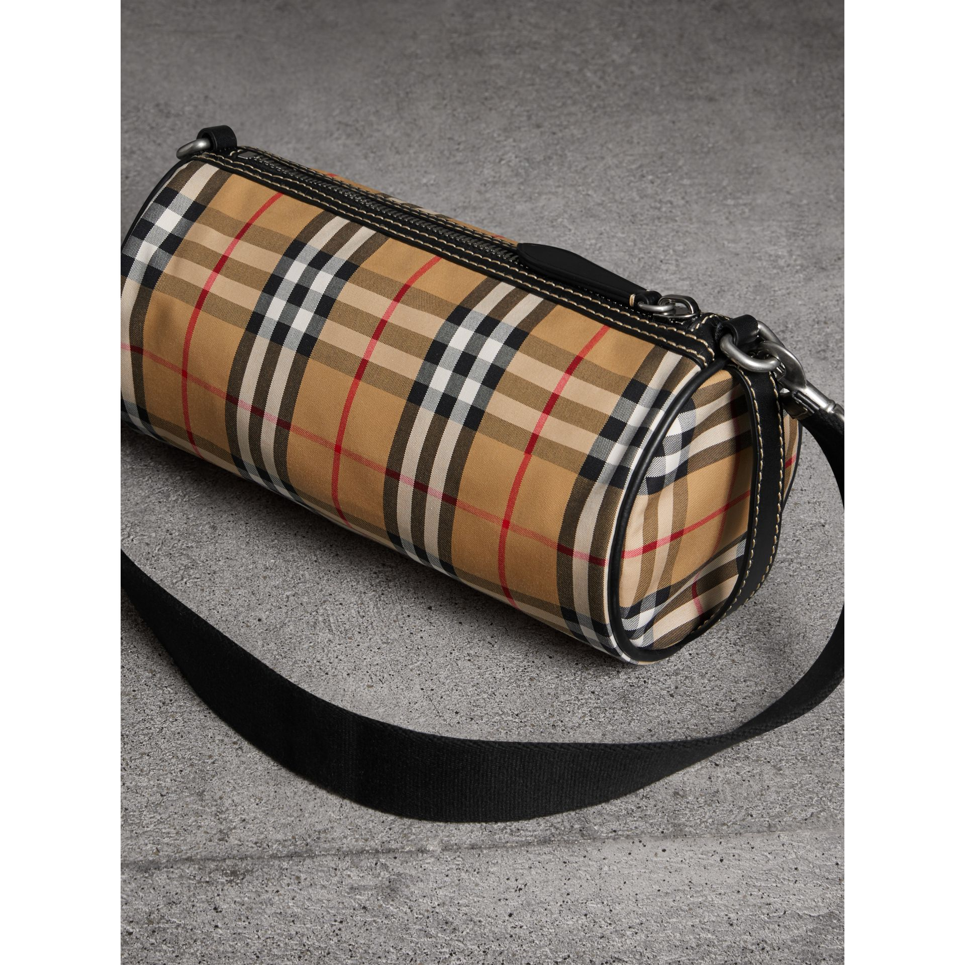 The Small Barrel Bag aus Vintage Check-Gewebe und Leder (Antikgelb) - Damen | Burberry - Galerie-Bild 4