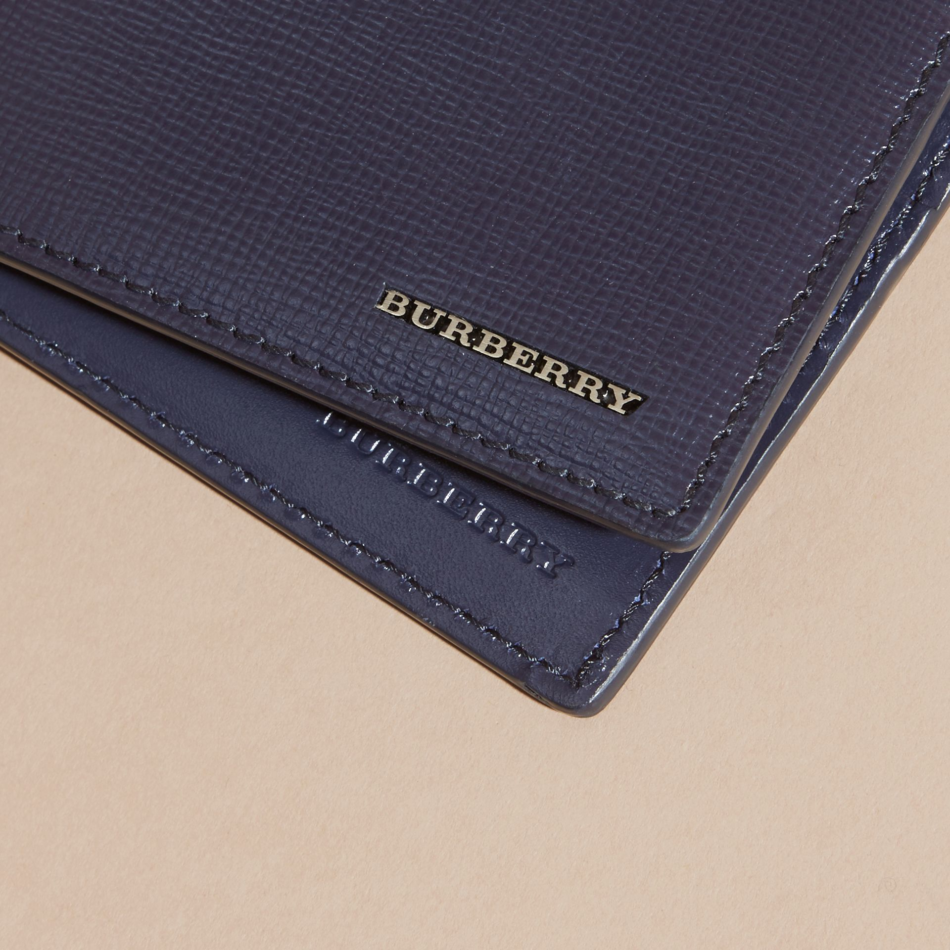 Portefeuille à rabat multidevise en cuir London (Marine Foncé) | Burberry - photo de la galerie 4