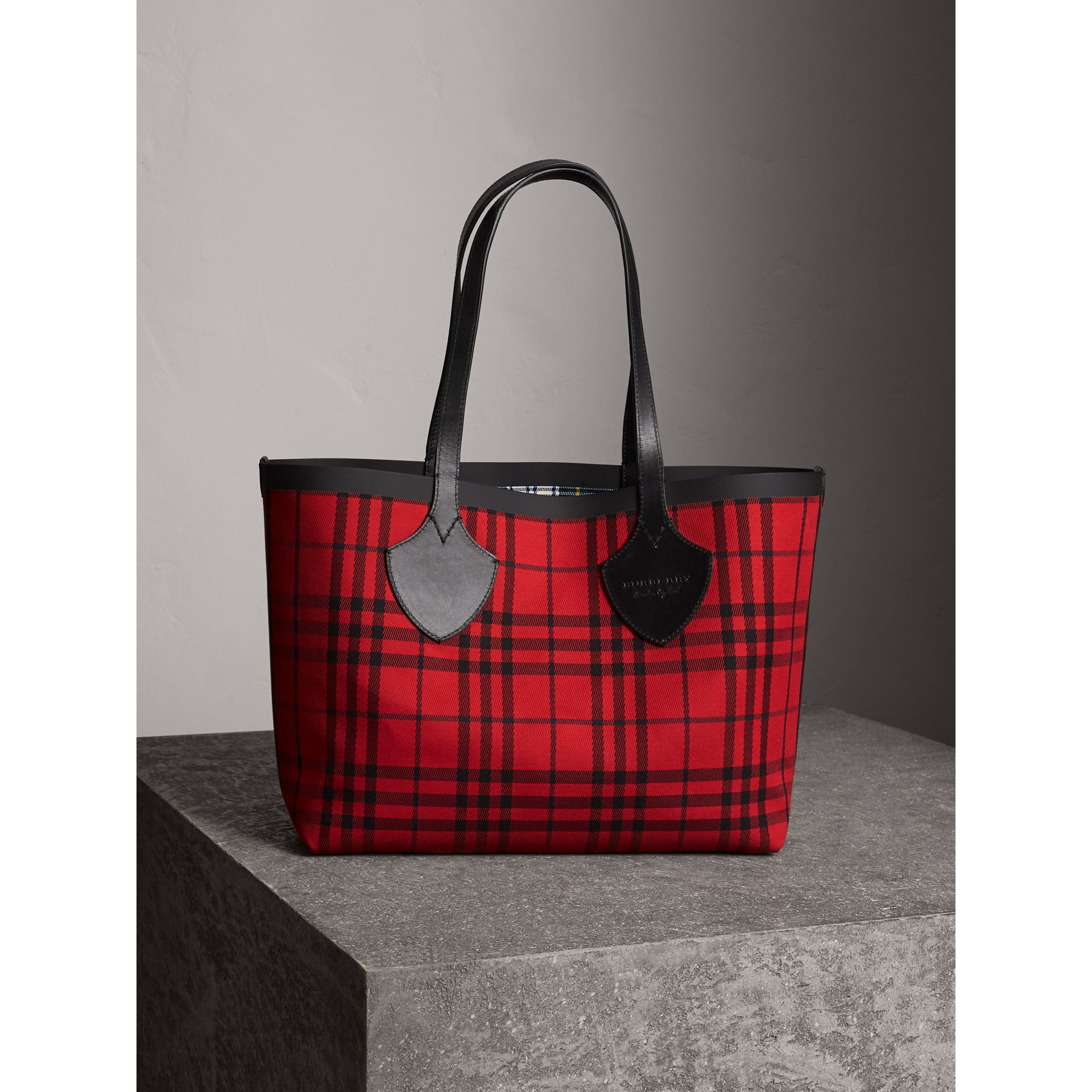 The Medium Giant Reversible Tote in Tartan Cotton in Ink Blue/military Red | Burberry Australia - gallery image 5