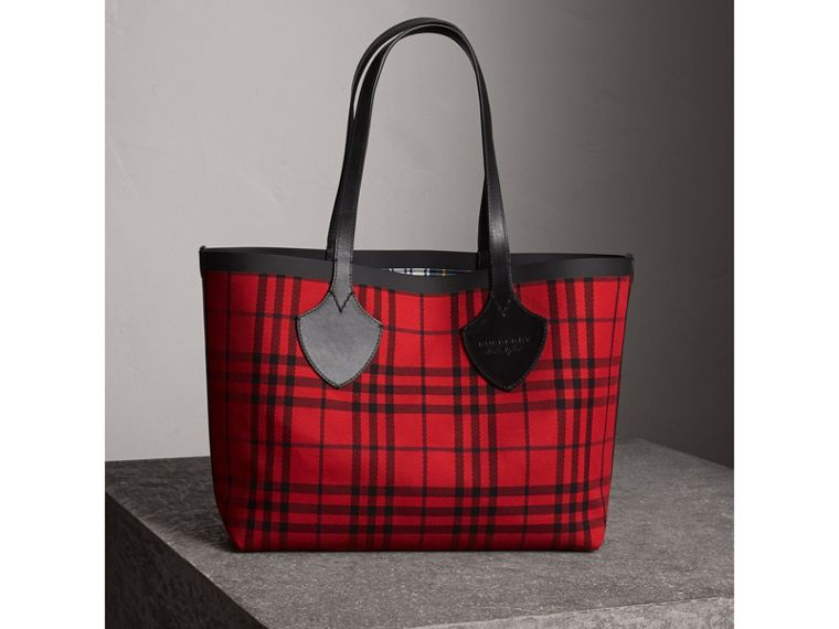 The Medium Giant Reversible Tote in Tartan Cotton in Ink Blue/military Red | Burberry Australia - cell image 4