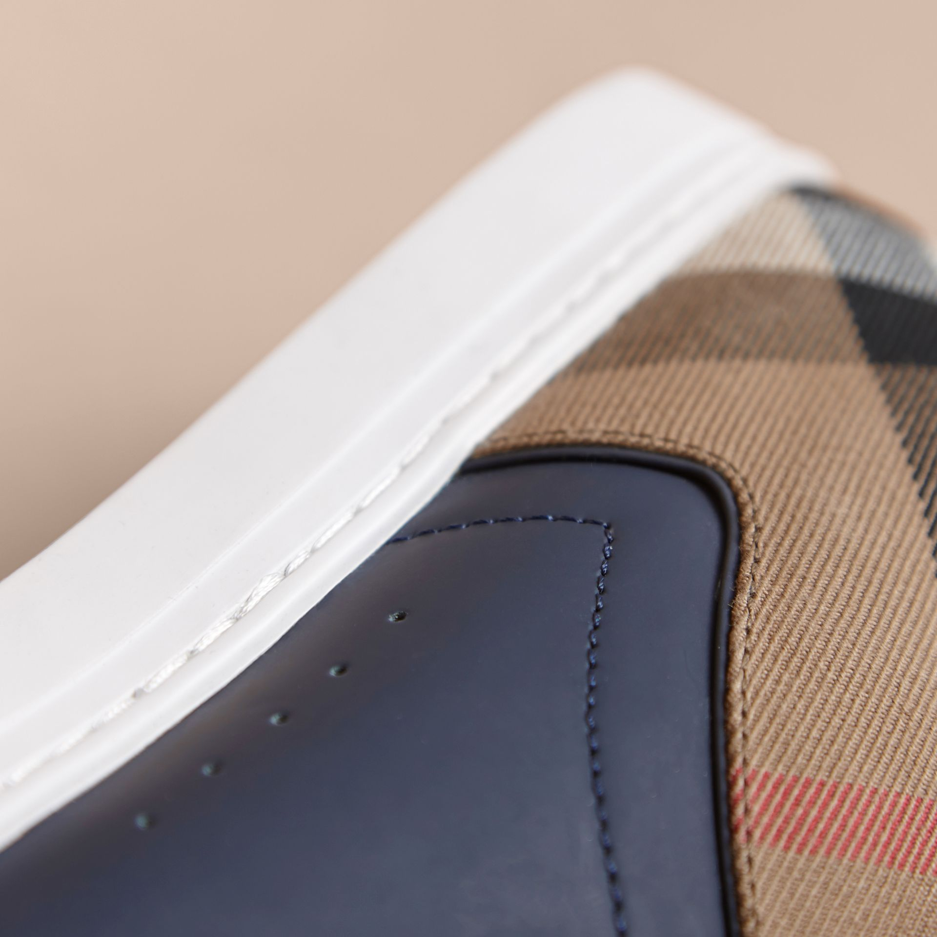 Sneakers en cuir avec motif House check (Marine) - Homme | Burberry - photo de la galerie 2