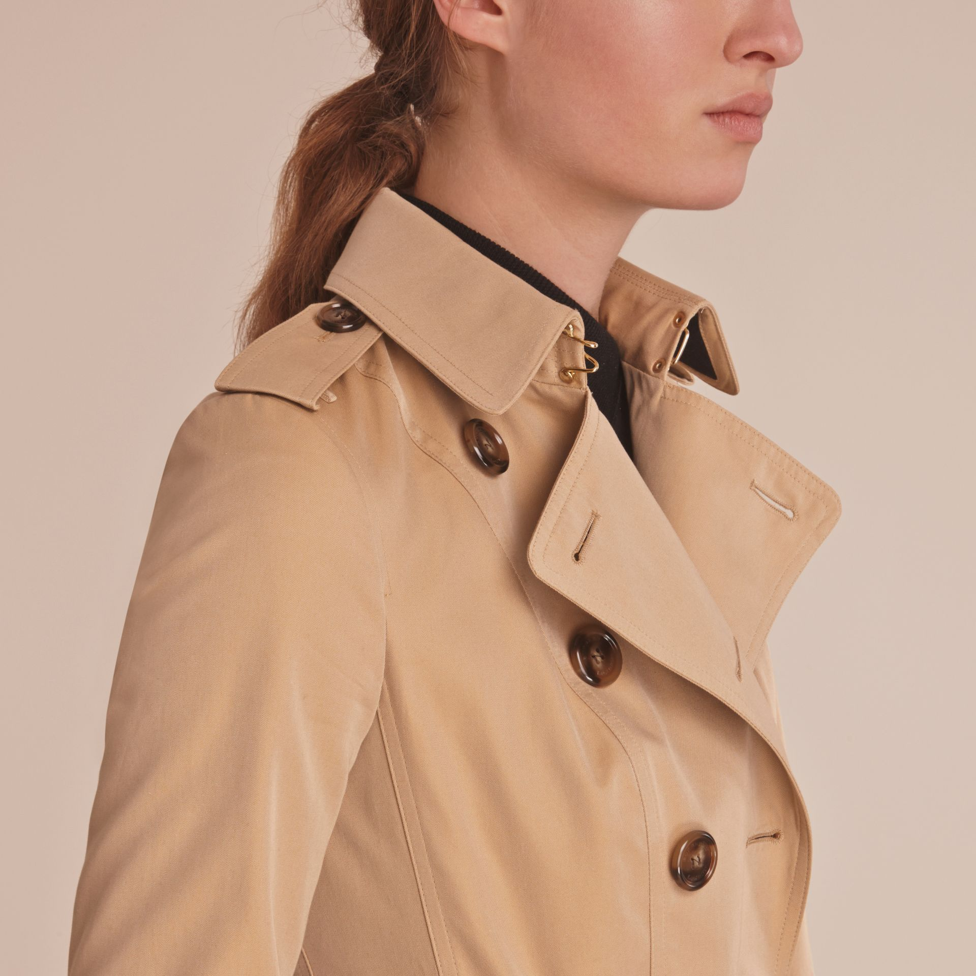 Trench-coat en gabardine de coton avec bordure en cuir - photo de la galerie 5