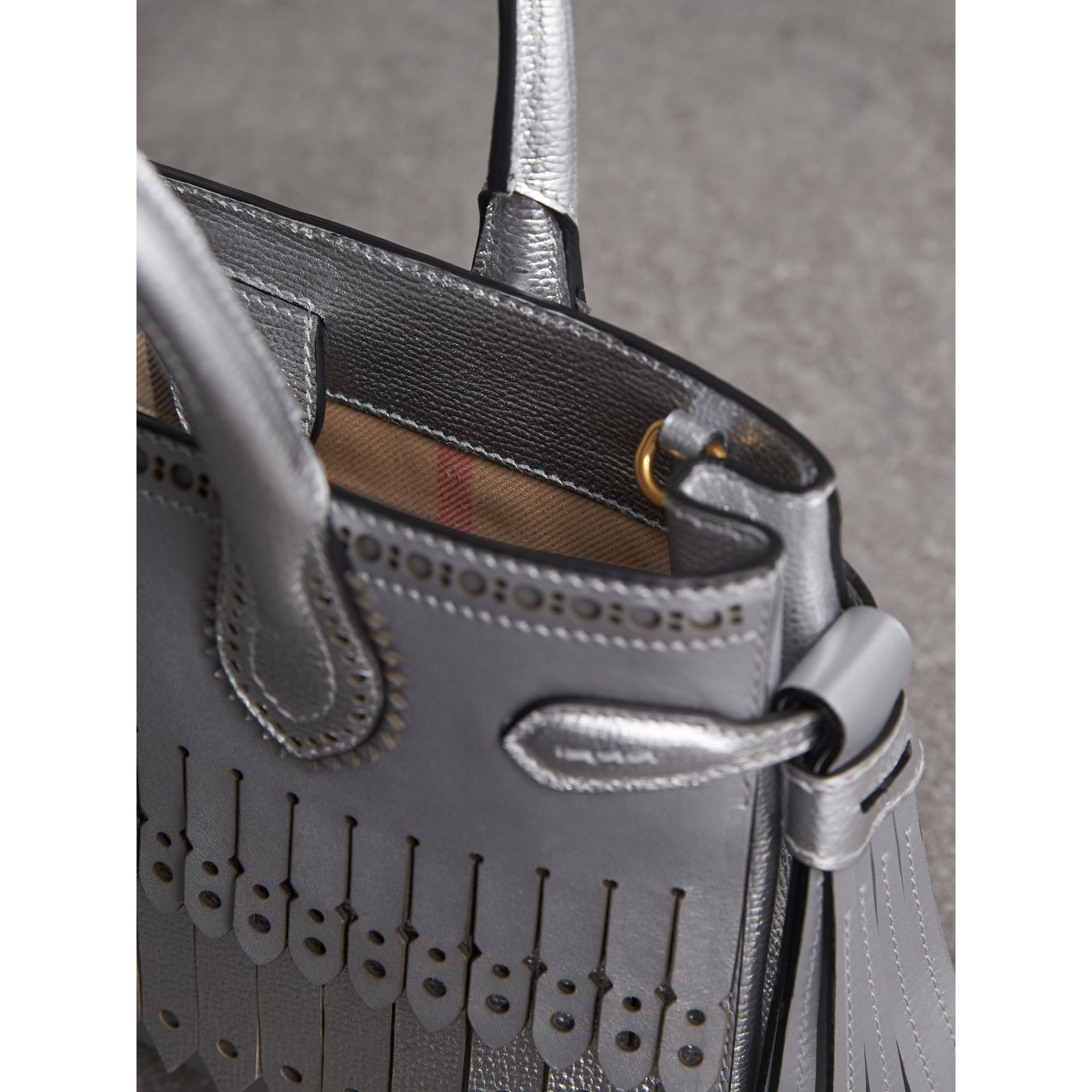 The Small Banner aus Metallic-Leder mit Brogue-Detail (Silberfarben) - Damen | Burberry - Galerie-Bild 5