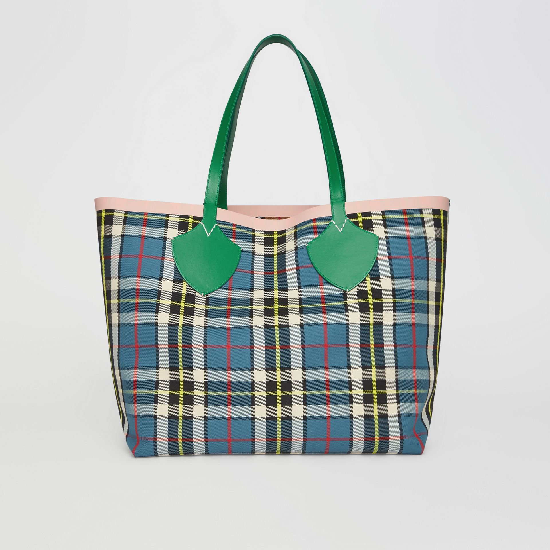 The Giant Reversible Tote in Vintage Check in Palm Green/pink Apricot - Women | Burberry Hong Kong - gallery image 9
