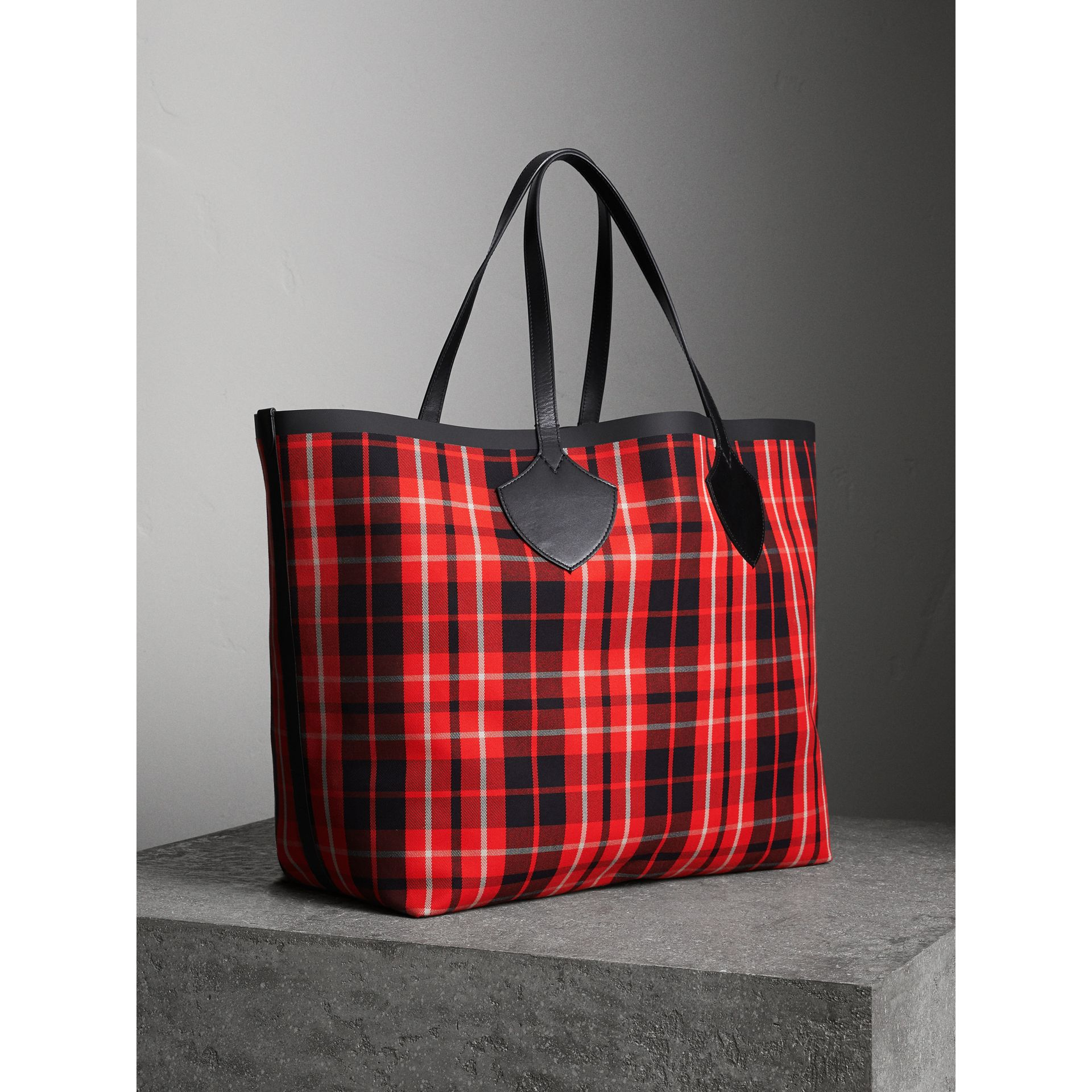 The Giant Reversible Tote in Tartan Cotton in Vibrant Red/black | Burberry Australia - gallery image 6