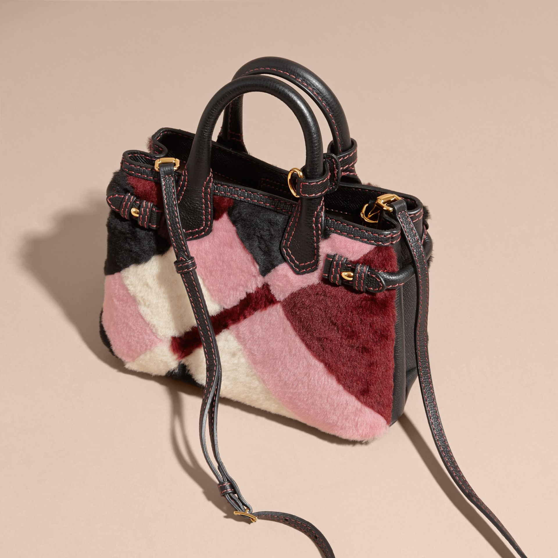 Borsa The Baby Banner in pelle con motivo tartan in patchwork di shearling (Rosa) - Donna | Burberry - immagine della galleria 7