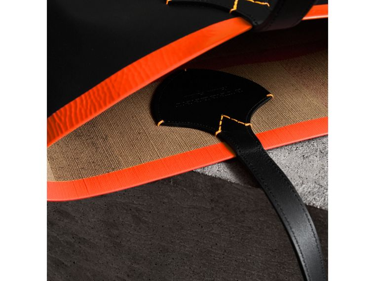 The Medium Giant Reversible Tote in Canvas and Leather in Black/neon Orange | Burberry - cell image 1