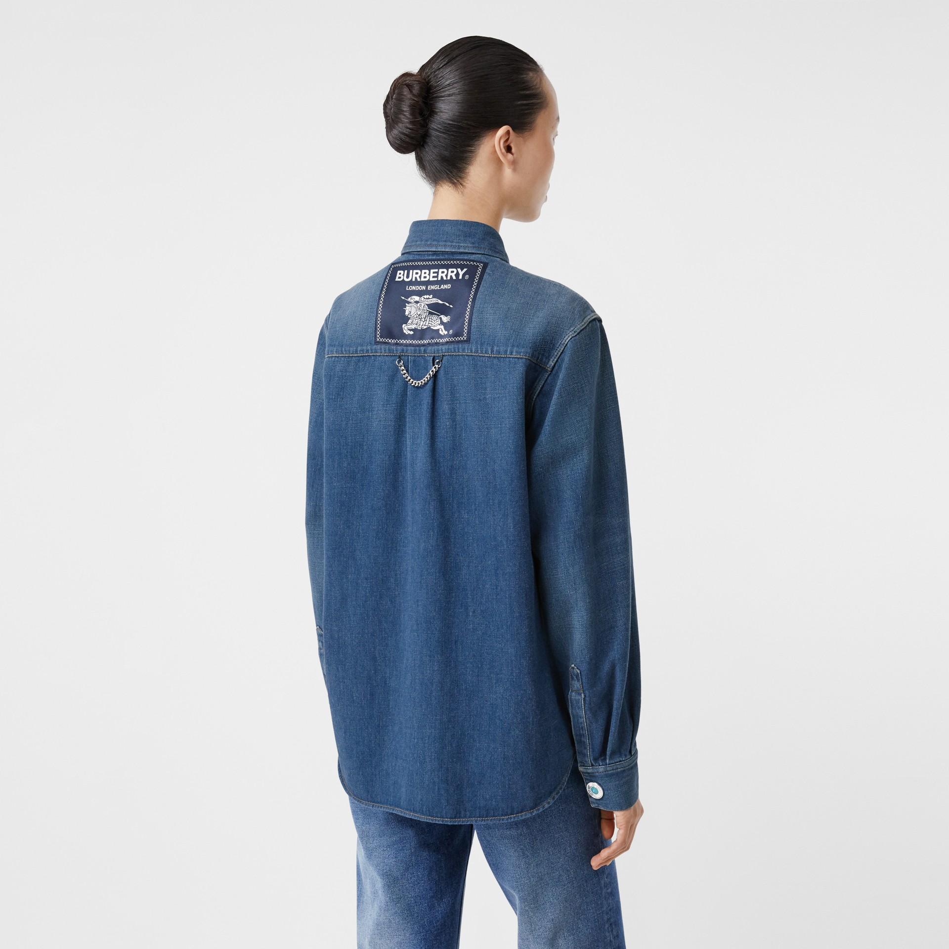 Chemise en denim avec logo appliqué (Indigo) - Femme | Burberry - photo de la galerie 2