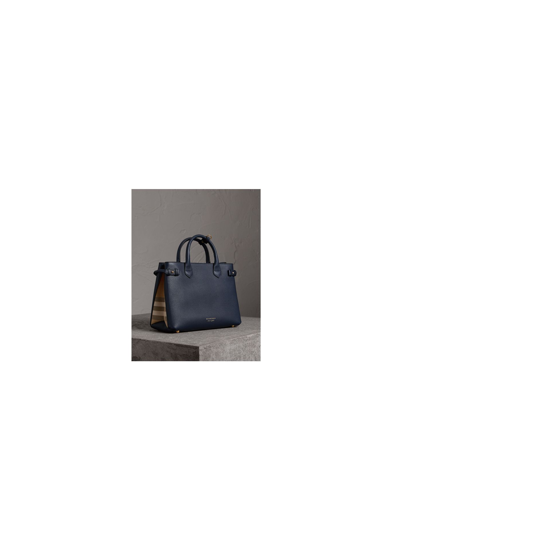 Sac The Banner medium en cuir et coton House check (Bleu Encre) - Femme | Burberry Canada - photo de la galerie 7