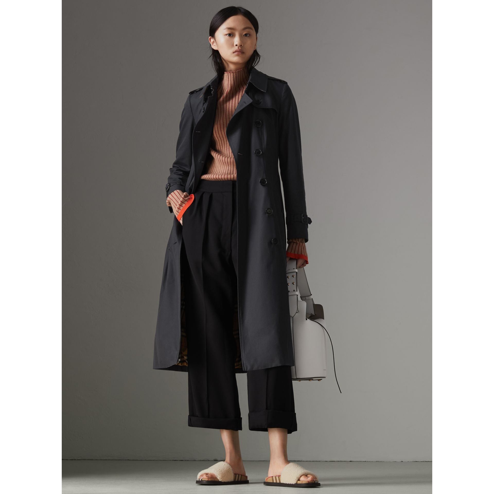 The Long Chelsea Heritage Trench Coat in Midnight - Women | Burberry United Kingdom - gallery image 5