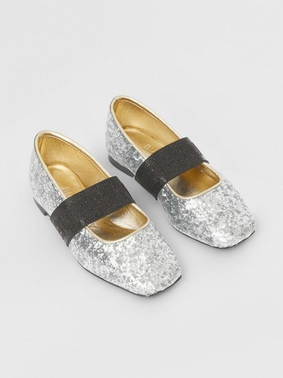 Flache Schuhe in Glitzeroptik mit Logodetail (Silberfarben)