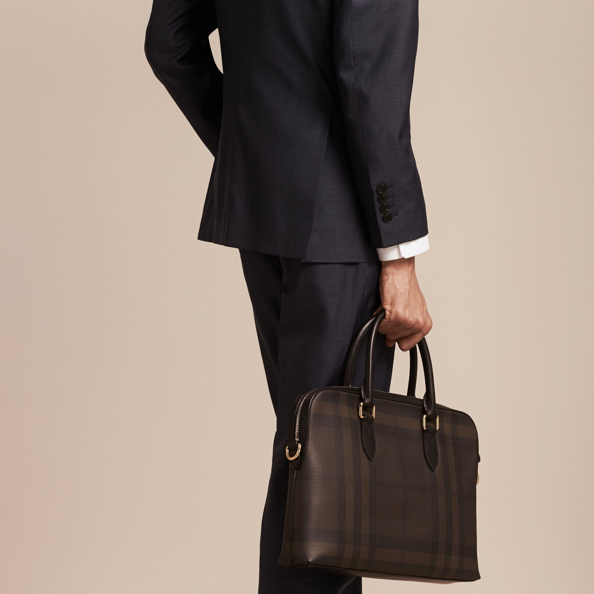 Sac The Barrow fin avec motif London check (Chocolat/noir) - photo de la galerie 3