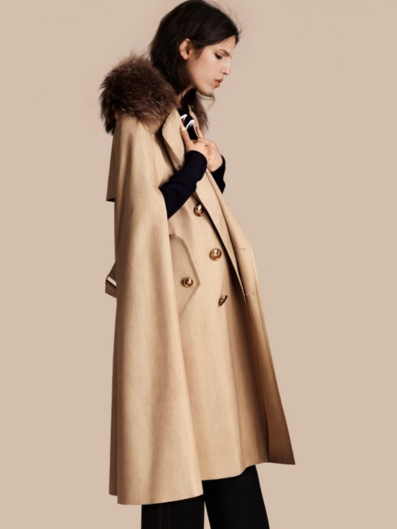 Mantella trench in cotone con collo in procione