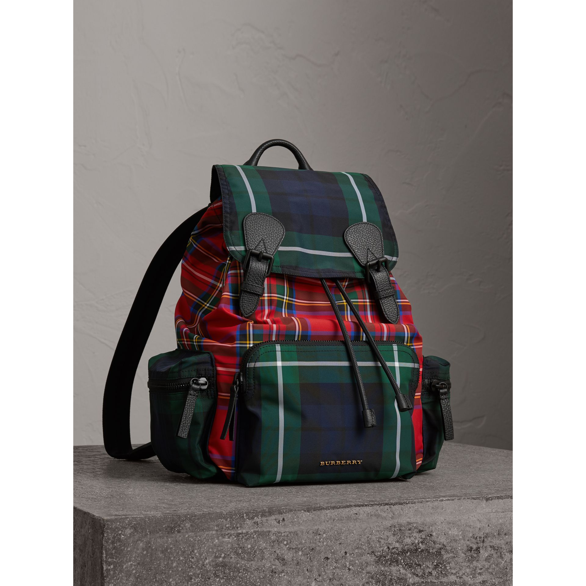 Grand sac The Rucksack en tartan façon patchwork (Rouge Militaire) | Burberry - photo de la galerie 0