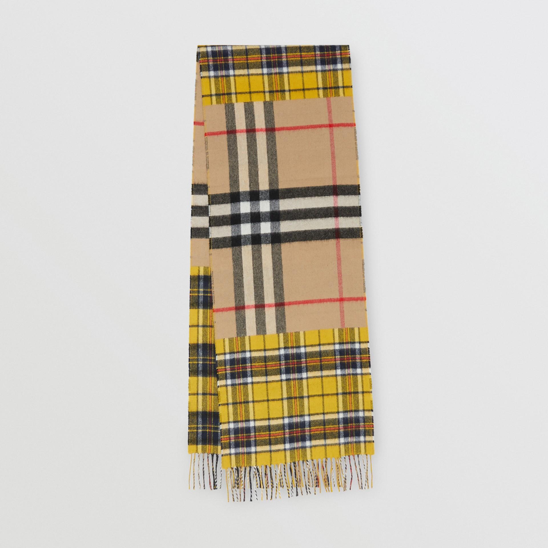 對比格紋喀什米爾美麗諾羊毛提花圍巾 (鮮黃色) | Burberry - 圖庫照片 0