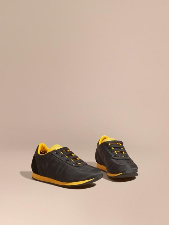 Zapatillas deportivas en piel y raso con franjas de colores Negro/amarillo Tostado