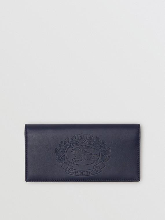 Carteira continental de couro com emblema em relevo (Azul Regência)