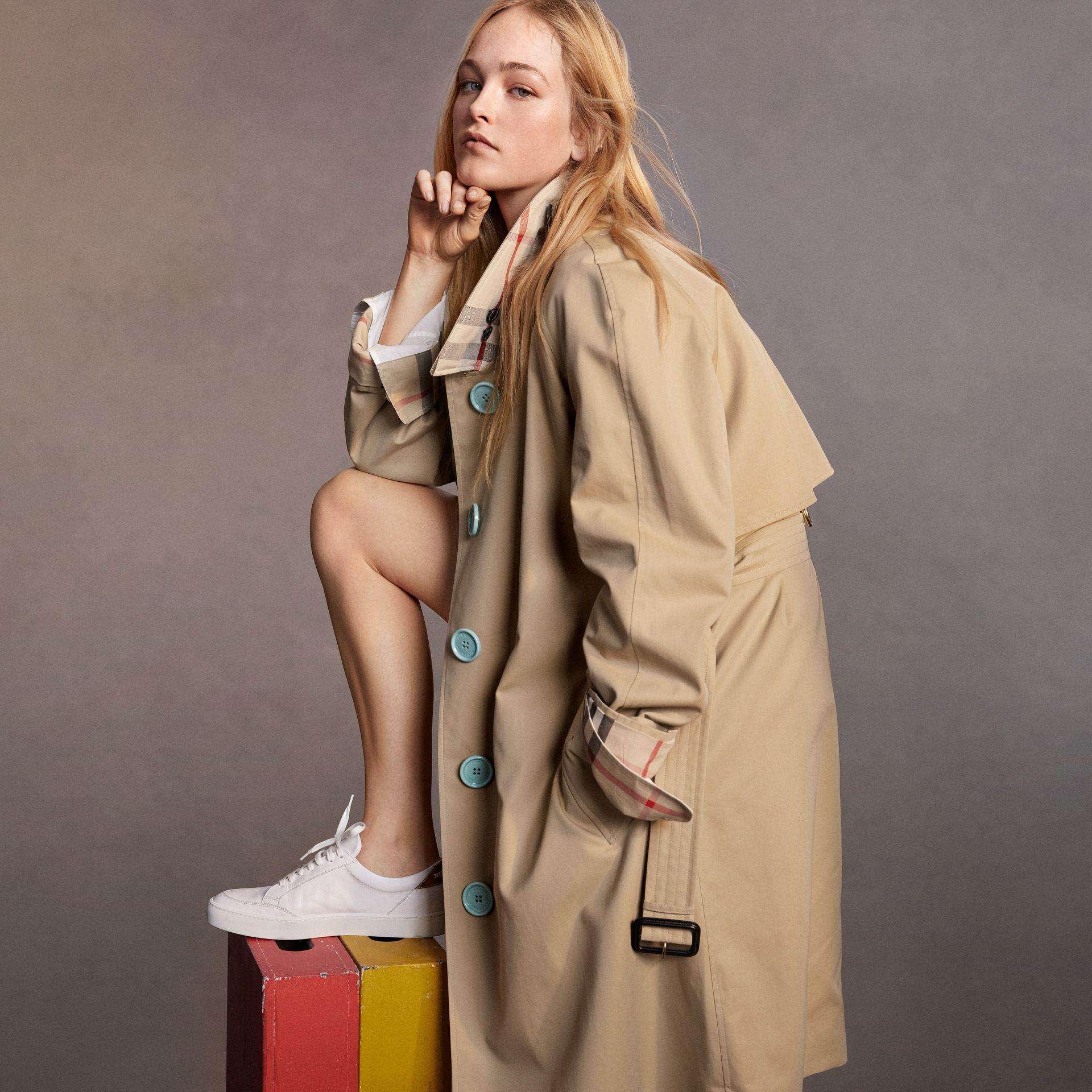 Resin Button Cotton Gabardine Trench Coat in Honey - Women | Burberry United Kingdom - gallery image 5