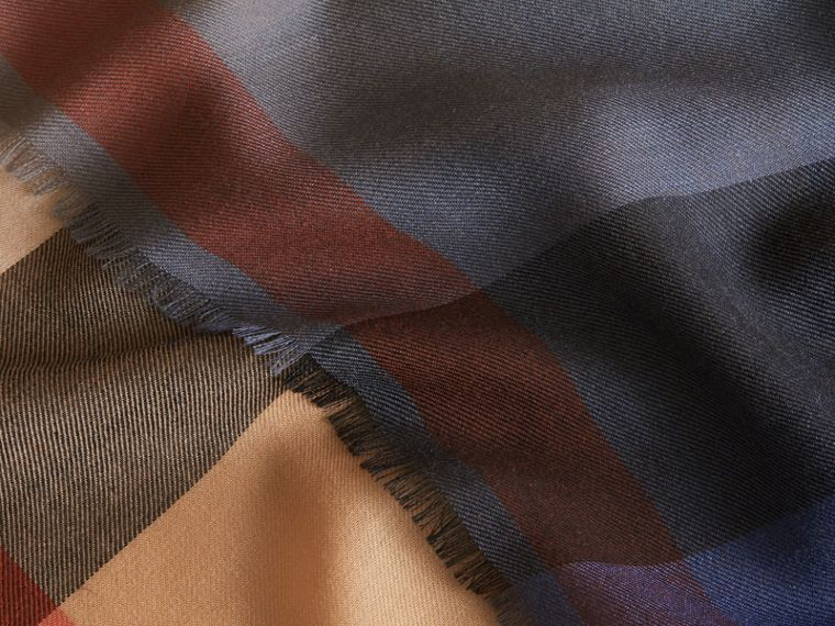 The Lightweight Cashmere Scarf in Ombré Check in Camel/navy | Burberry Hong Kong - cell image 4