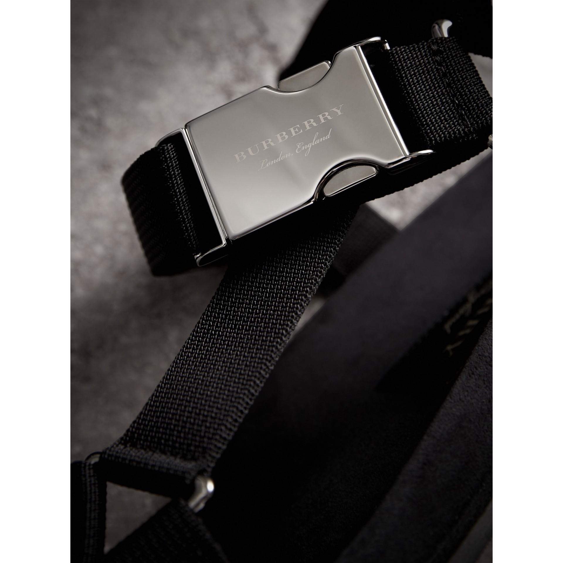 三點式繫帶防撕材質涼鞋 (黑色) - 男款 | Burberry - 圖庫照片 2
