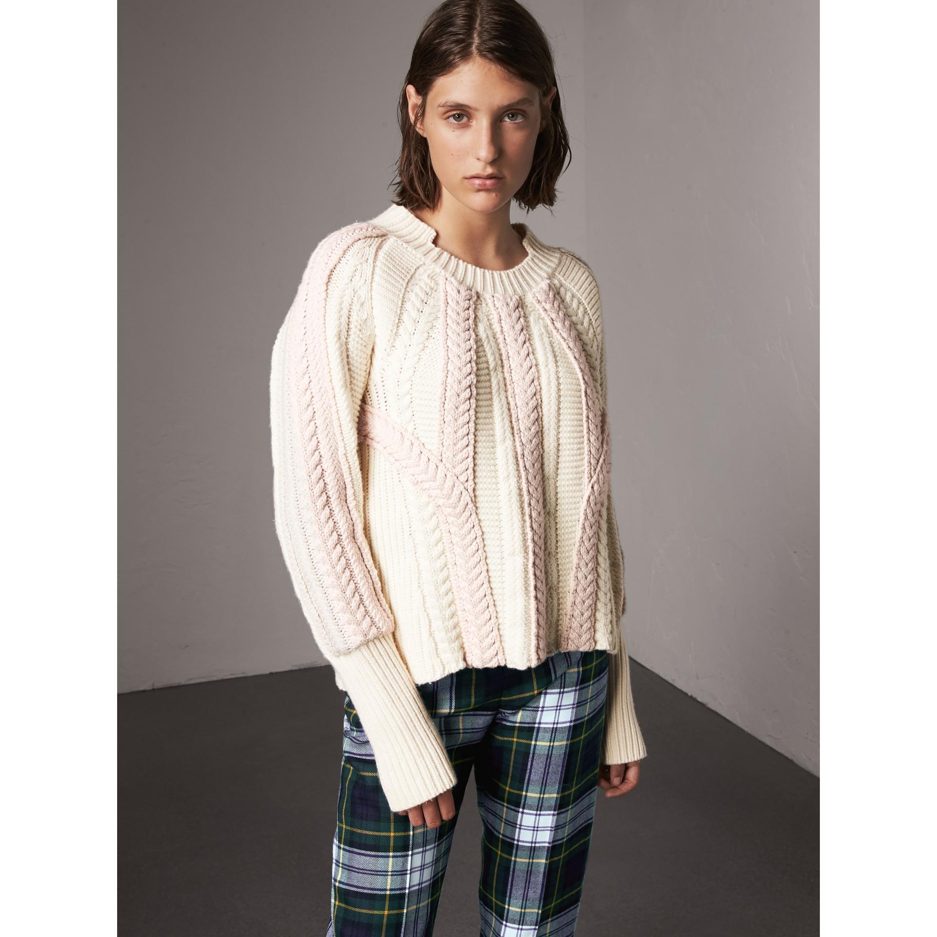 Pull bicolore en maille de laine et cachemire torsadée (Blanc Naturel) - Femme | Burberry - photo de la galerie 5