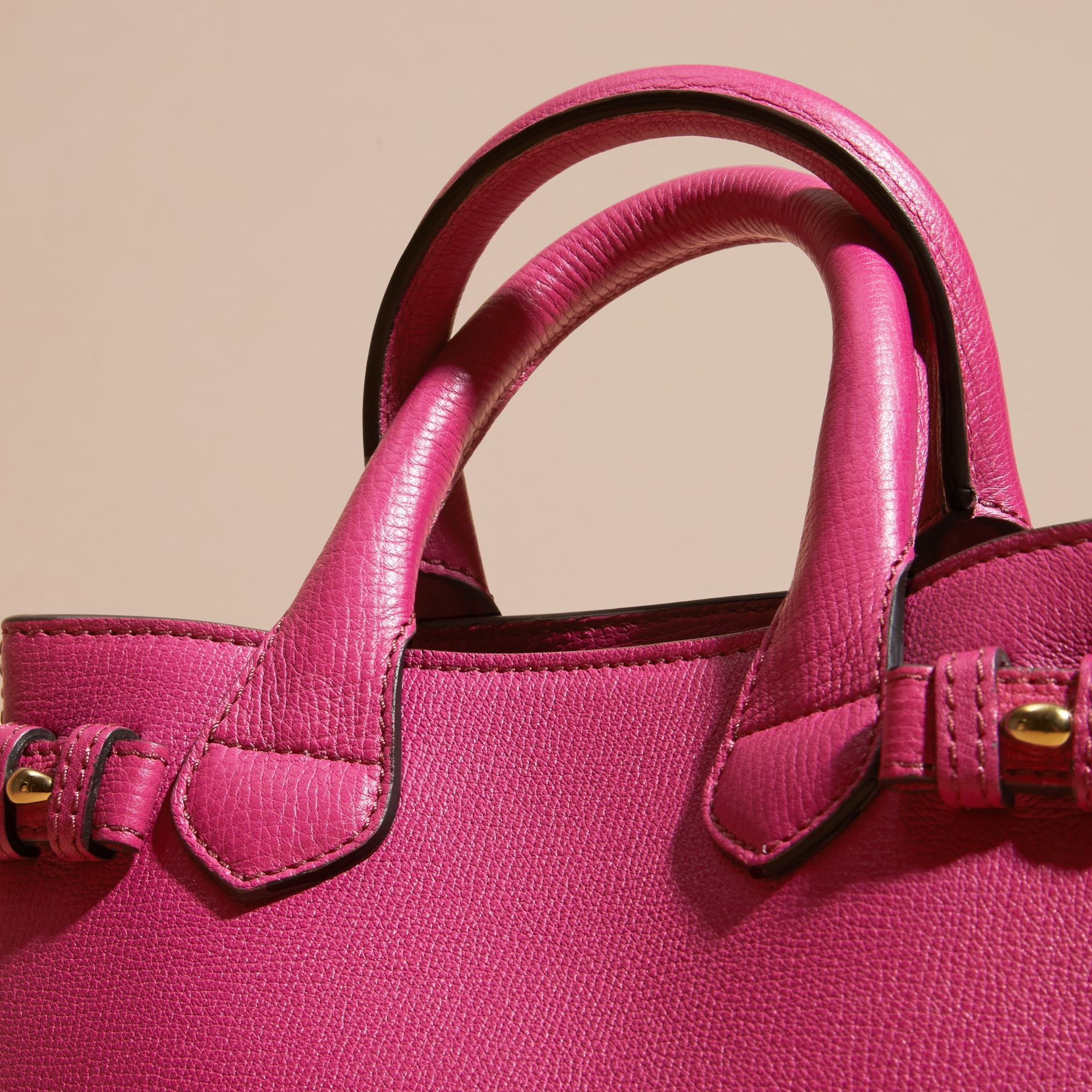 Fucsia brillante Borsa The Baby Banner in pelle con motivo House check Fucsia Brillante - immagine della galleria 6