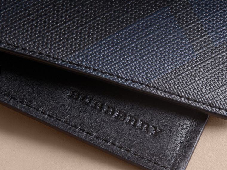 Cartera plegable para todas las divisas en London Checks (Azul Marino / Negro) - Hombre | Burberry - cell image 1